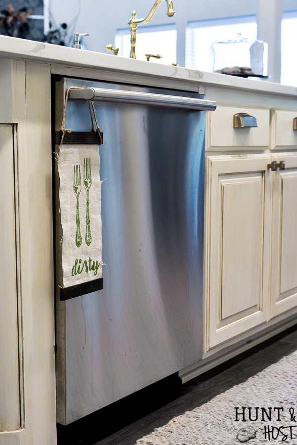 Everyone have an excuse for not putting their dishes in the dishwasher? This precious DIY clean or dirty dishwasher sign will help answer some questions flying around your kitchen sink! Now your people will know if the dishes are clean or dirty from your easy to make sign! #stencilart #kitchenidea #dishwasher #cleanordirty # chalkart #diybanner