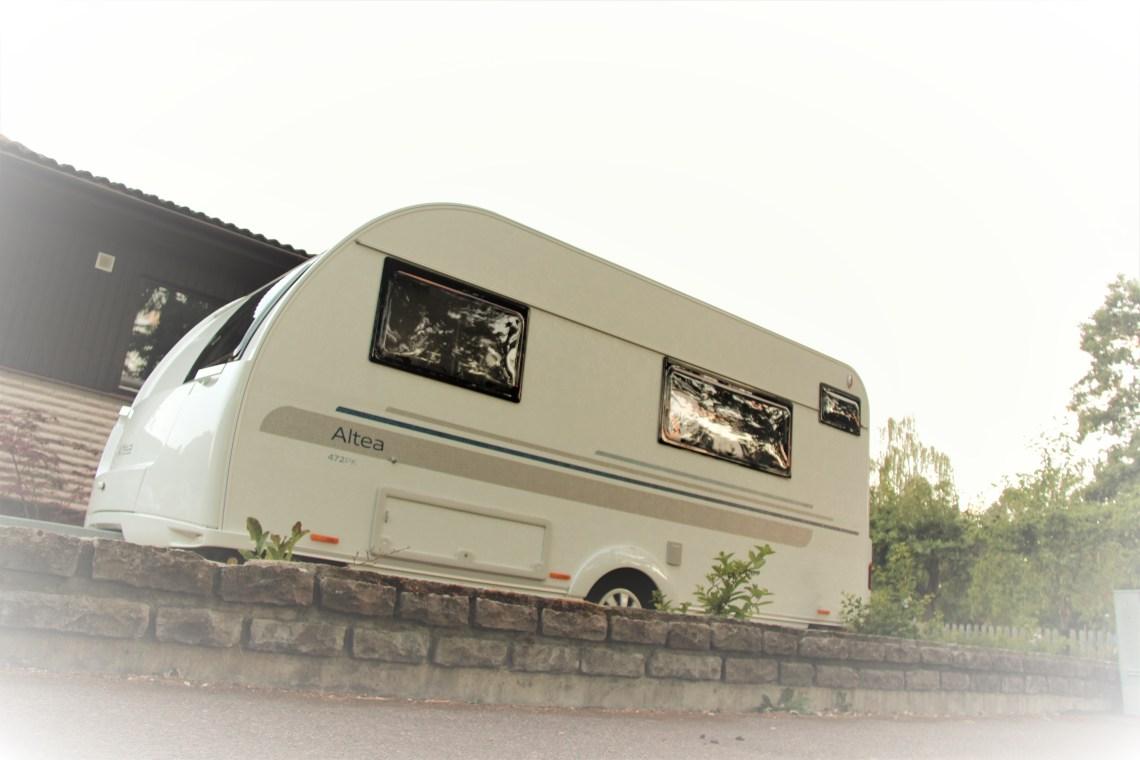 Husvagn utanför ett hus.
