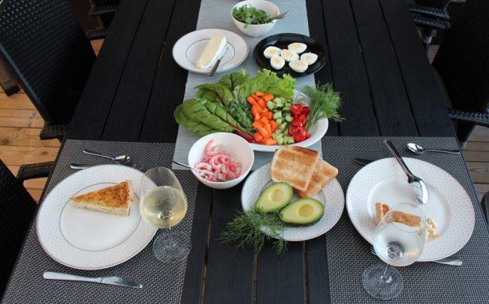 Middagsbord med räkor och grönsaker.