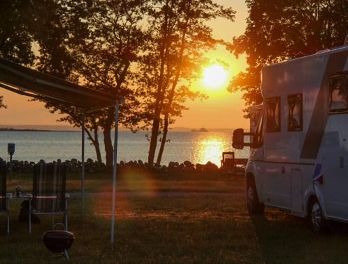 Campingplats i solnedgång.