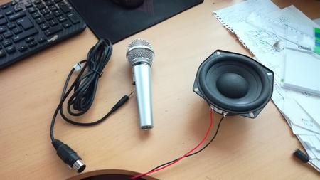 mikrofoni kaiutin ja XLR-TRS johto