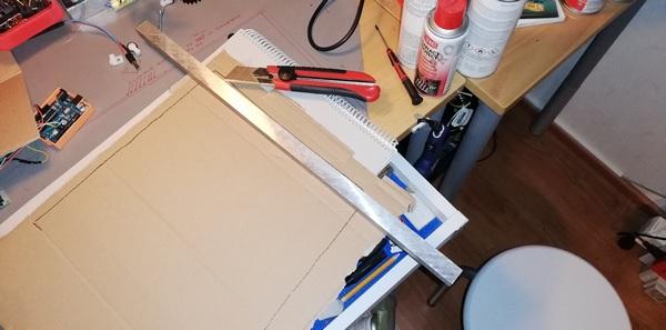 Pahvin leikkaaminen alumiinitangon avulla