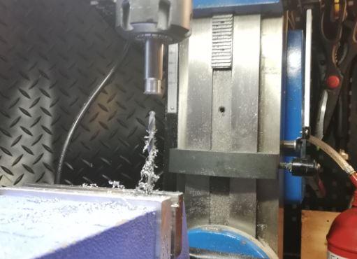 Reiän tekeminen keskelle tankoa ilman keskiöporaa