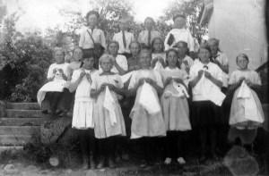 Før 1919. Det var den gang det var piker. Pikene hadde håndarbeid. Vi tror dette bildet er att av frk Hessevik og hun sluttet på Austheim i 1919. Vi har ingen navn.  Kilde: Marie Eriksen.