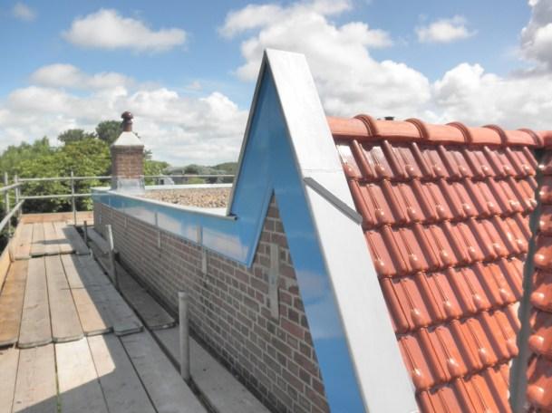 De laatste hand aan het zinken dak