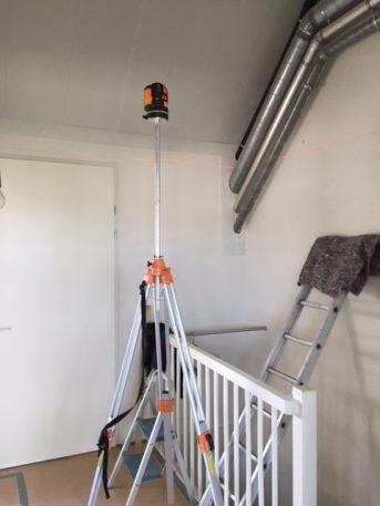 Uitzetten meetlijnen en aanzicht buizen trappenhuis