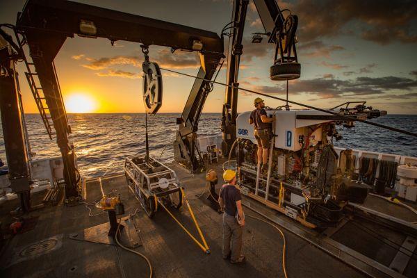 Figure 4: Véhicule télécommandé Deep Discoverer en préparation pour le déploiement sur le pont arrière d'Okeanos. (Gracieuseté: NOAA Office of Ocean Exploration and Research, 2016 Deepwater Exploration of the Marianas)