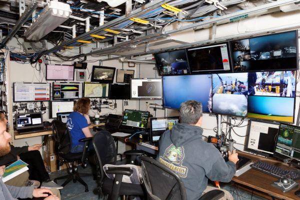 Figure 6: La salle de contrôle du véhicule télécommandé ROPOS à bord du navire NOAA Henry B. Bigelow. (Gracieuseté: Peter Lawton)
