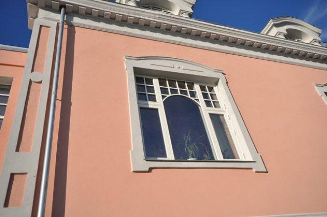 Detaljer rundt og over vindu samt gesims