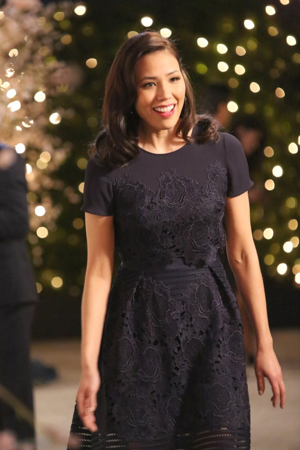 Bones 12x11 - Angela Montenegro (Michaela Conlin) esce dalla sala dove si svolge il matrimonio di Cam e Arastoo per incontrare Avalon