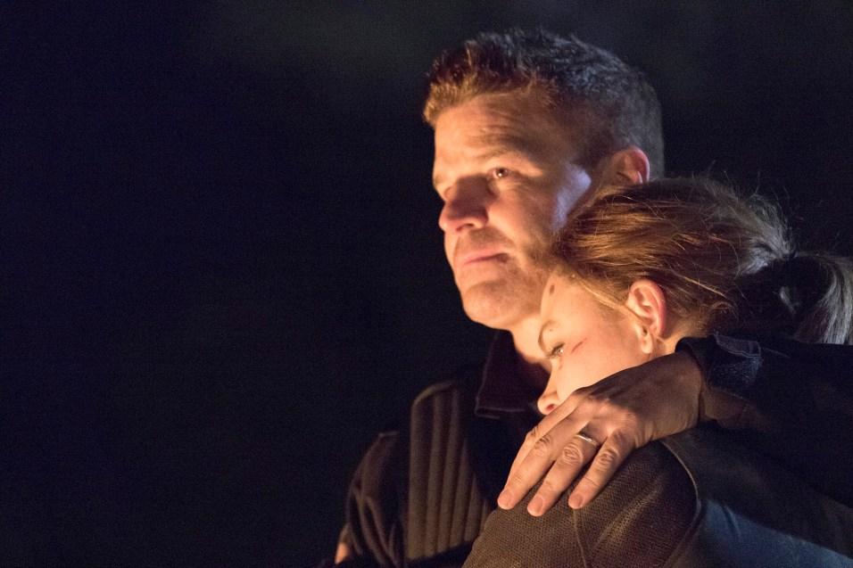 Bones 12x12 stills - Booth abbraccia Brennan