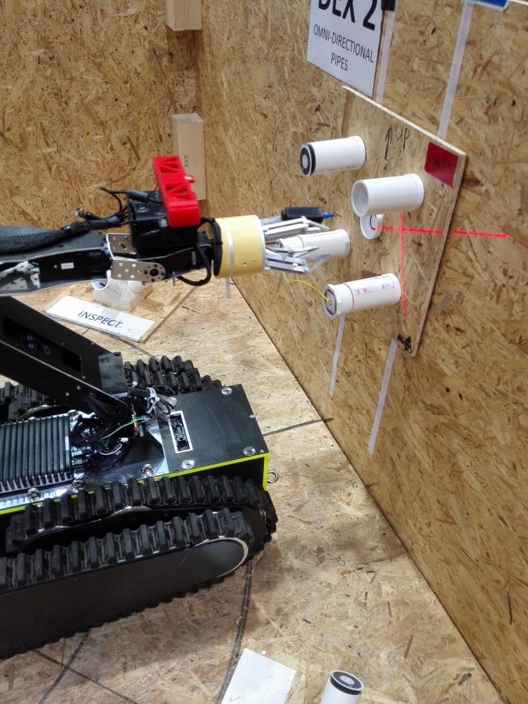 In einem Show-Act demonstriert die FH Wels gemeinsam mit Westermo die Einsatzmöglichkeiten eines Rettungsroboters. (Bild: Westermo GmbH)
