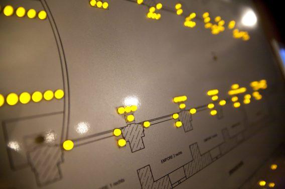 ESA Schützenhöfer baute eine Schalttafel, die den Grundriss der Kirche und der Nebenräume darstellt. Sie dient einerseits als einfache Variante der Visualisierung und andererseits als Bedienmöglichkeit, um die Beleuchtung in den gewünschten Bereichen zu schalten. (Bild: RZB)