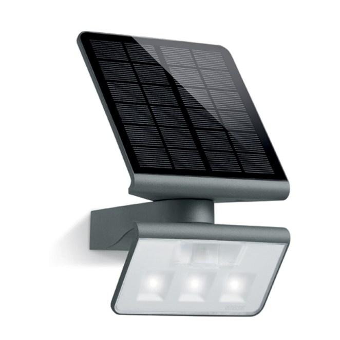 Der LED-Solarstrahler XSolar L-S beleuchtet ohne Kabelverlegung und Stromverbrauch Flächen von bis zu 30 qm. (Bild: Steinel Professional)