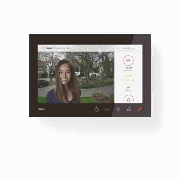Die Gira Wohnungsstation Video AP 7 kann per Aufputzinstallation an der Wand montiert oder mit einem Standfuß auf Mobiliar platziert werden, etwa beim Empfang in Praxen oder auf dem Schreibtisch in Büros. (Bild: Gira)
