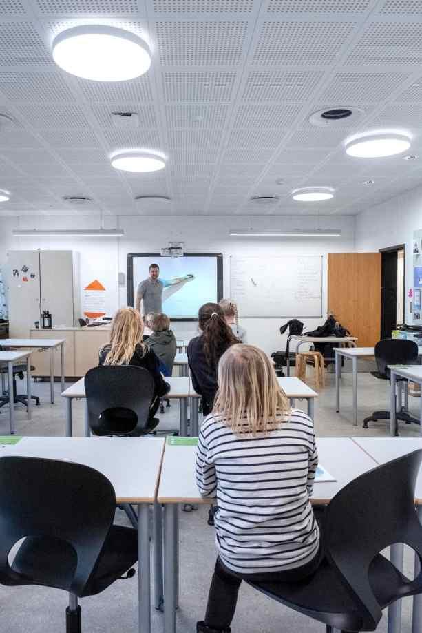 Die Lehrkraft ändert die Lichteinstellung, um den Schülern die Konzentration der projizierten Inhalte auf der elektronischen Tafel zu erleichtern. (Bild: Zumtobel)