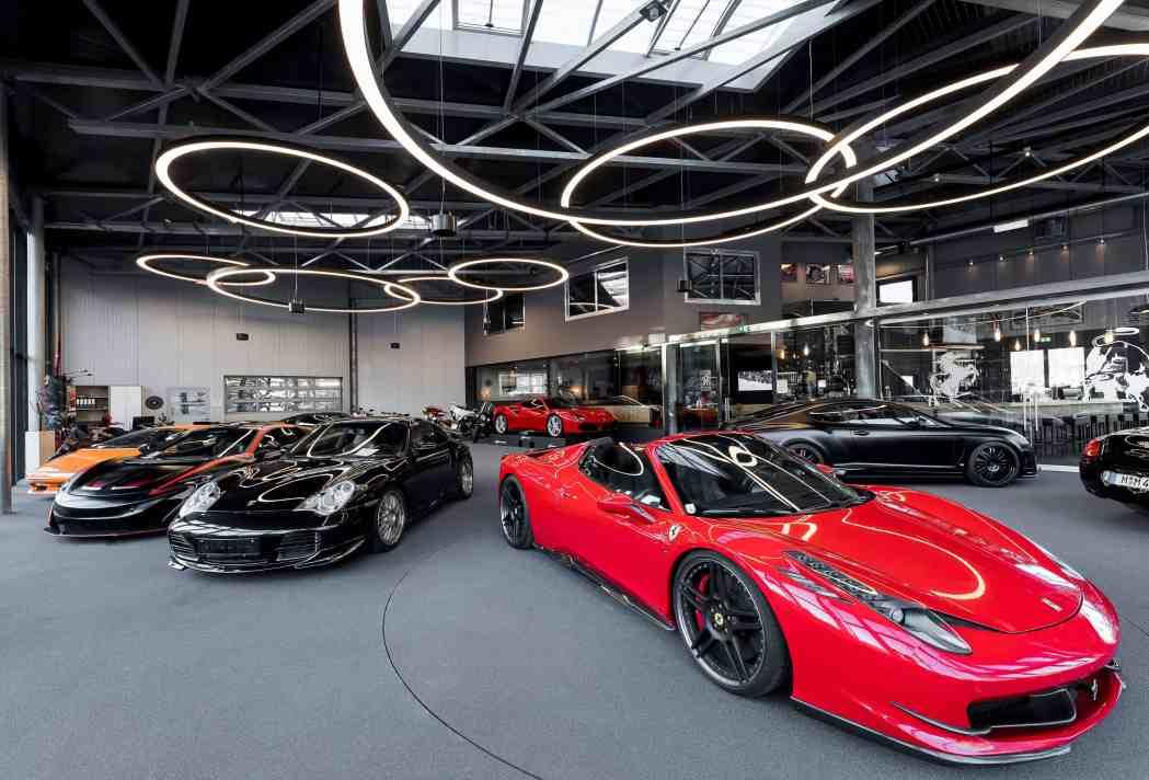 Insgesamt setzen acht Glorious-Leuchten die Autos und Motorräder in Szene. Von außen dienen sie besonders bei Nacht als Eyecatcher. (Bild: Prolicht)