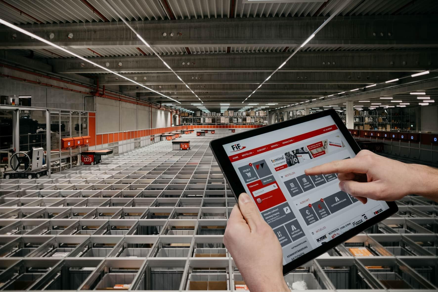 Auf der Oberseite der »Grid« genannten AutoStore-Konstruktion sorgen Roboter für den schnellstmöglichen Warentransport aus dem Lager zur Kommissionierung. (Bild: H. Gautzsch, Bayern)