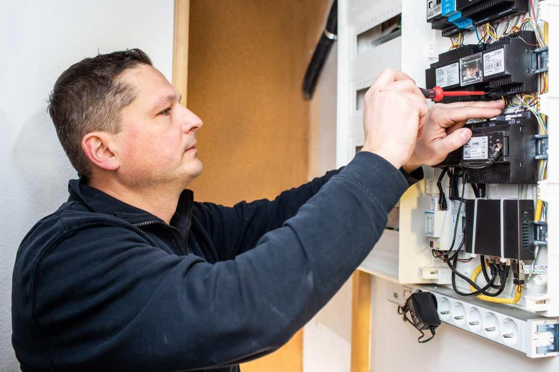 Schnell im Schaltschrank: Koziol von Hagios Electronic Anlagen sorgt für die digitale Erweiterung der Türkommunikation auf der Hutschiene. (Bild: S. Siedle & Söhne)