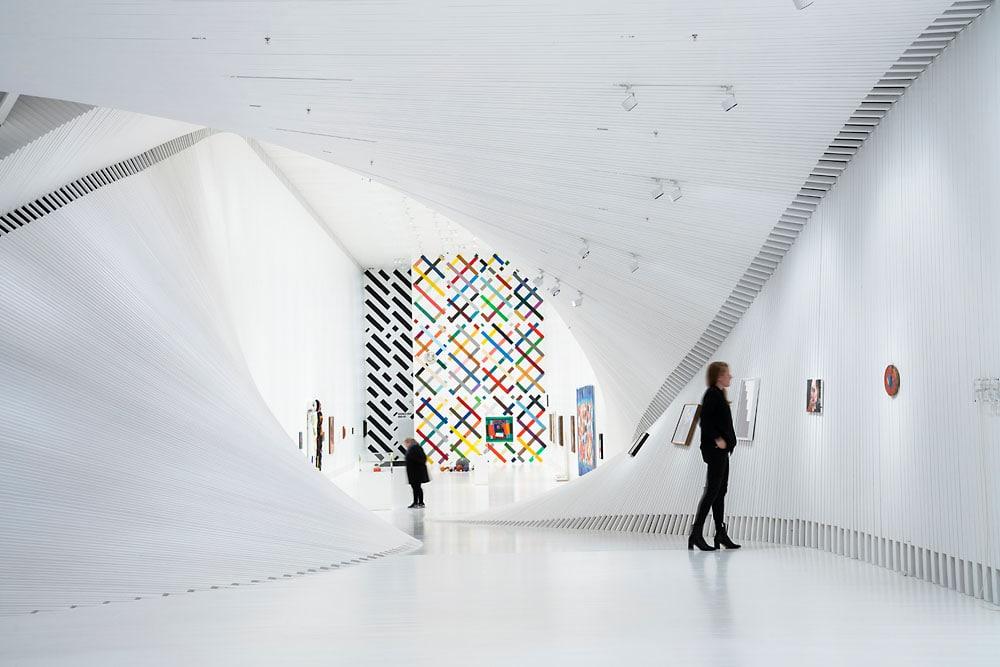 Die Parscan-Strahler von Erco halten sich dezent im Hintergrund, während sie die Räume und Objekte im Museum optimal illuminieren. (Bild: Erco/Fotograf: Tomasz Majewski)