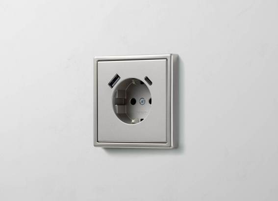 SCHUKO® Steckdose mit USB-C und -A in LS 990 in Edelstahl. (Bild: Albrecht JUNG GmbH & Co. KG)