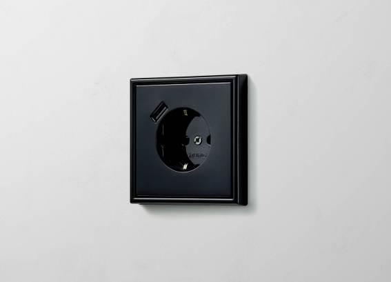 SCHUKO® Steckdose mit USB-A in LS 990 in Schwarz. (Bild: Albrecht JUNG GmbH & Co. KG)