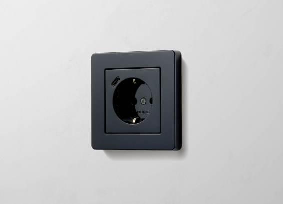 SCHUKO® Steckdose mit USB-C in A FLOW in Schwarz. (Bild: Albrecht JUNG GmbH & Co. KG)