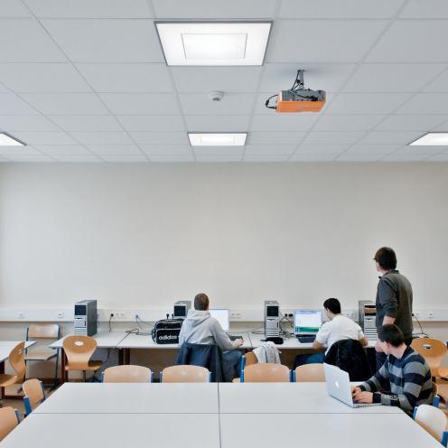 Die Höhere Technische Lehranstalt TGM Wien setzt auf eine flächige LED-Deckenleuchte mit hellem Deckenbild, die wie ein natürliches Oberlicht wirkt. (Bilder: Zumtobel)