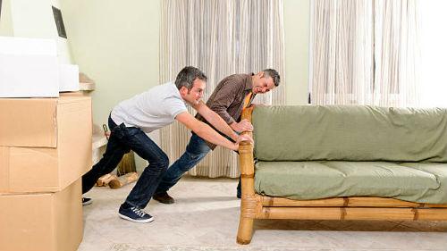 переставлять мебель