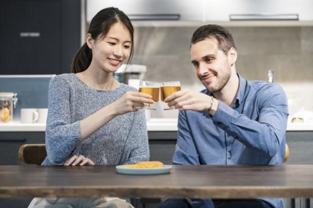乾杯する夫婦