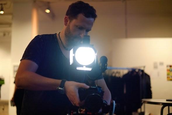 Iago hinter der Kamera mit Licht