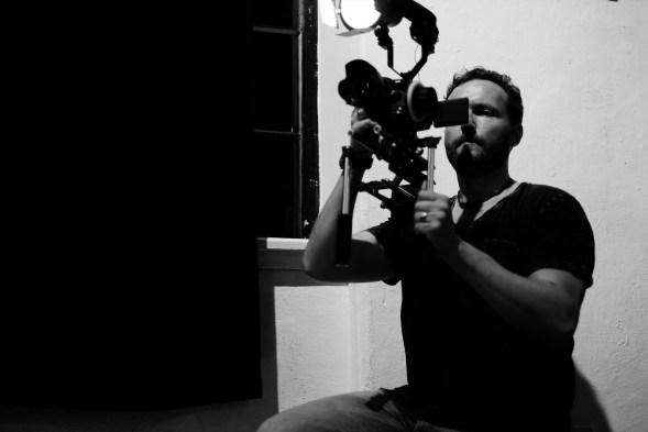 Iago mit Schulterstativ und Licht in Schwarzweiß