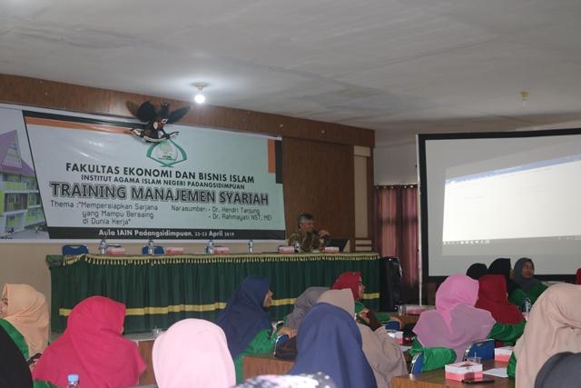 Meningkatkan Kualitas Mahasiswa, FEBI IAIN Padangsidimpuan Gelar Training Banking & Manajemen Syari'ah