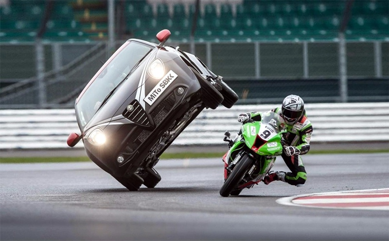 Kawasaki ZX-10R versus Alfa Romeo MiTo Paul Swift Chris Walker - 01