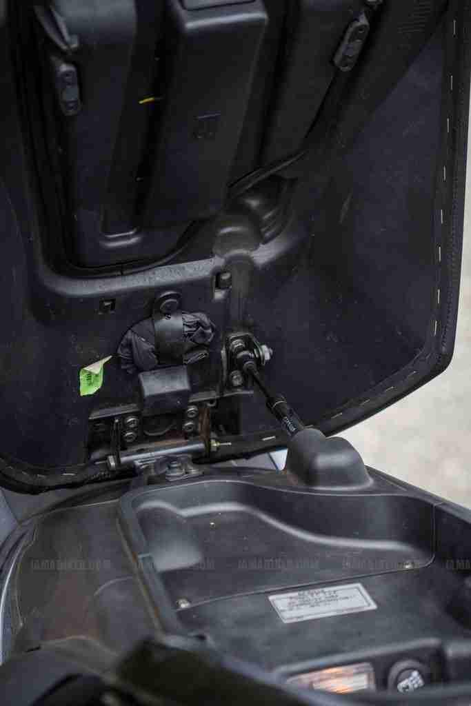 Aprilia SRV 850 seat movement assist