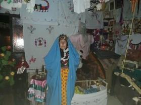 حزنا مُرتدية عباءة العروس في منطقة سنجق في القامشلي، حين زيارة بيت أبيها