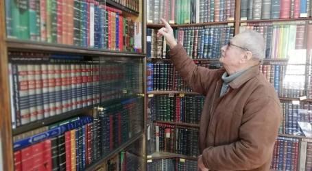 «أسد الجوهري» يفتح أبواب مكتبته مجاناً أمام عشاق القراءة