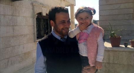 """الطفلة """"سلوى"""" الضاحكة على أصوات القذائف تصل تركيا مع عائلتها"""