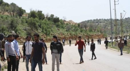 300 سوري يفترشون العراء على الحدود اللبنانية.. والسلطات تتجاهلهم!