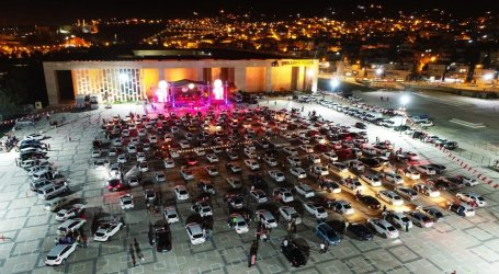 الأتراك يحضرون حفلاً موسيقياً من داخل سياراتهم بسبب كورونا