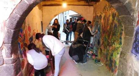 فنانون يرسمون على جدران دمشق القديمة.. مواطنون: هذا طمس لمعالم المدينة الأثرية