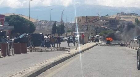 مهربون لبنانيون يقطعون طريق المصنع الحدودي احتجاجا على منع التهريب