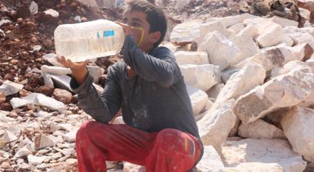 طفل سوري يكسر الحجارة ويحملها على ظهره لإعانة عائلته