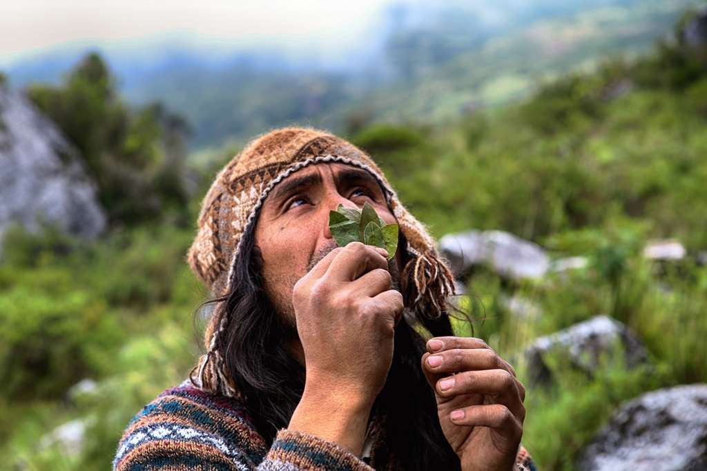 Shaman-praying-coca-leaves