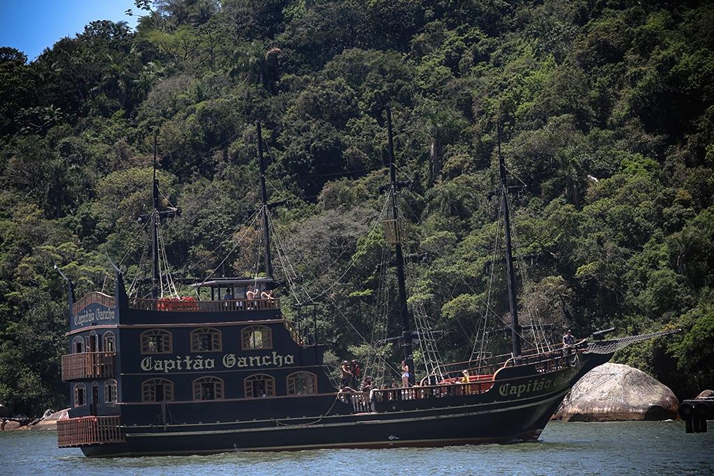 Praia de-Laranjeiras-Brazil04