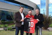 Lionel Messi fue obsequiado con una camiseta de Newell's