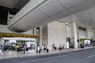 到着口から出たところがバス乗り場とレンタカー送迎車乗り場。