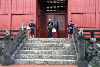 御開門。奉神門で毎朝の開門時に実施される儀式。タイミングが合えばぜひチェックを!