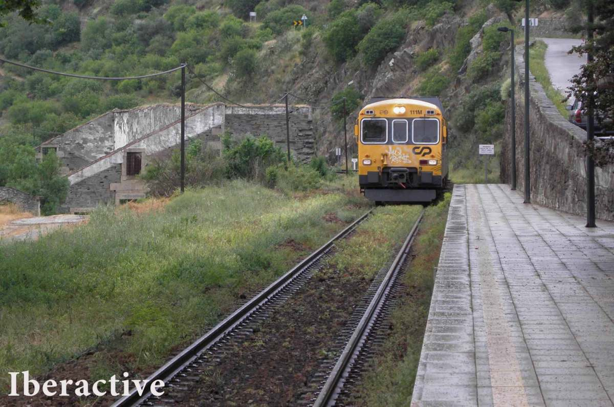 Taking the train ride along the Douro river is one of the experiences you should not miss when visiting the Douro Valley.