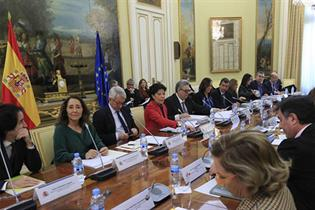 Isabel Celaá junto a los asistentes a la reunión
